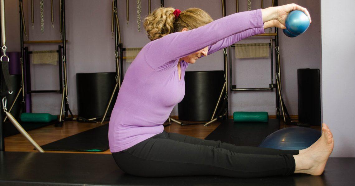 Muchas veces al tener alguna lesión y/o dolor, sentimos que nuestra actividad física no podrá continuar, sin embargo, Pilates es una alternativa que además de otorgarte bienestar mental por mantenerte activo, fortalecerá tu cuerpo para así recuperarte de manera más temprana.   Es hora de sentirnos bien y de mejorar dolencias provocadas por la artritis, artrosis y osteoporosis, así como de eliminar dolores de espalda, cuello y cadera; problemas postulares, escoliosis, ciáticos y lumbagos.